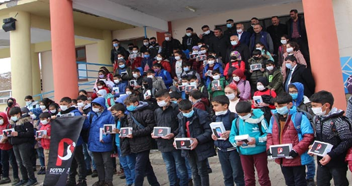 Karlıova'da 205 öğrenciye tablet hediye edildi