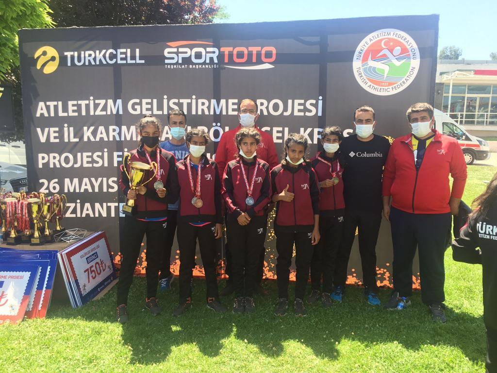 Atletizmde Bingöl Rüzgarı: Bingöl Atletizm Kız Takımı Türkiye ikincisi oldu