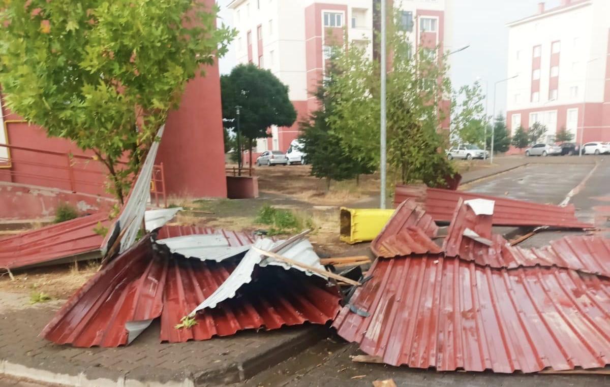 Bingöl'de fırtına çatıları uçurdu