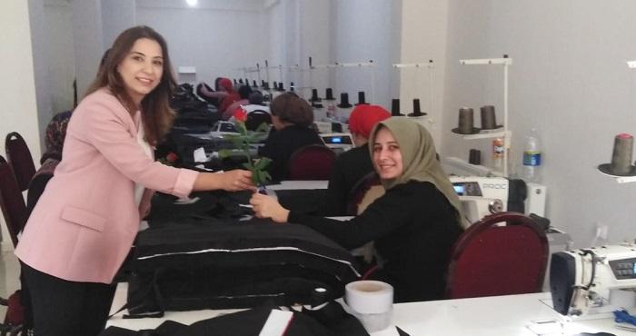 AK Partili kadınlar, Ahilik Haftası dolayısıyla esnafa gül dağıttı